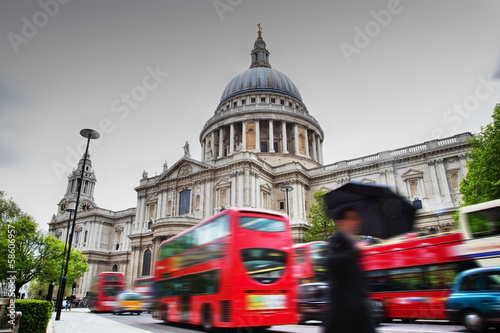 Türaufkleber London roten bus St Paul's Cathedral in London, the UK. Red buses in motion
