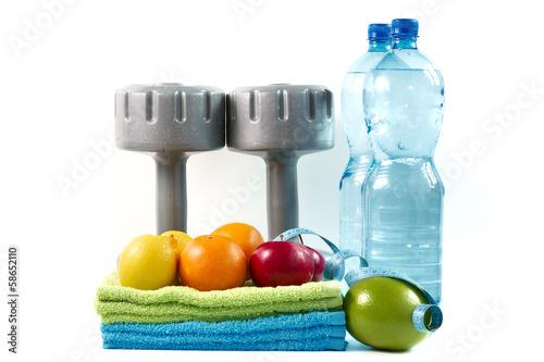 Obraz Hantle z owocami i wodą na białym tle. - fototapety do salonu