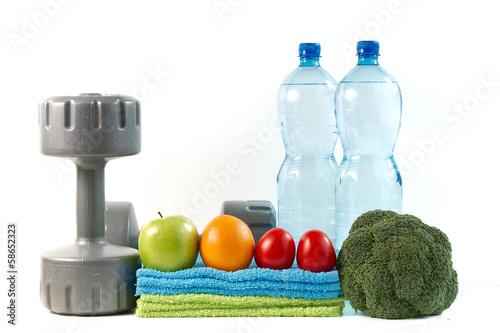 Obraz Hantle z warzywami i owocami na białym tle. - fototapety do salonu