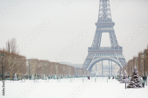 Poster Tour Eiffel Snowy day in Paris, France
