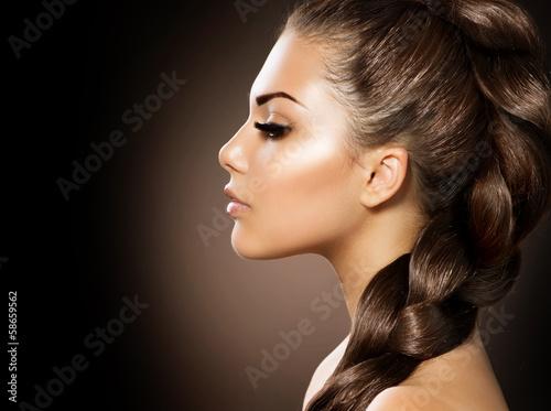 Fotografía  Trenza de cabello. Mujer hermosa con el pelo largo saludable