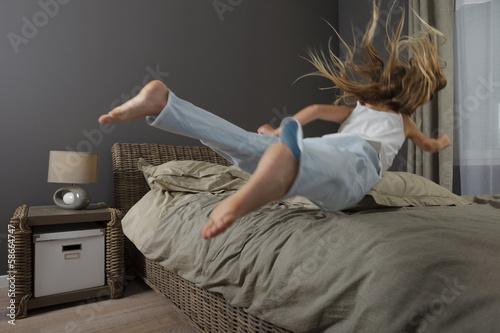 Fotografie, Obraz  Enfant saute sur un lit
