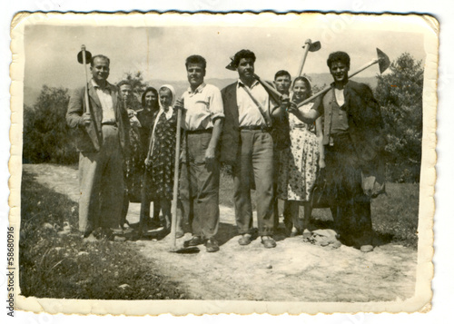 Fotografía  Villagers posing with agricultural machinery - circa 1945