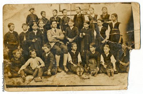 Fotografia  CIRCA 1930: Classmates with teacher