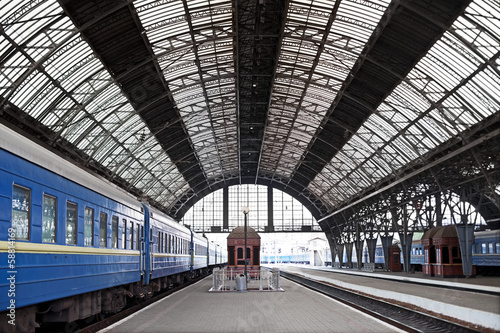 Foto auf AluDibond Bahnhof Railway station with trains