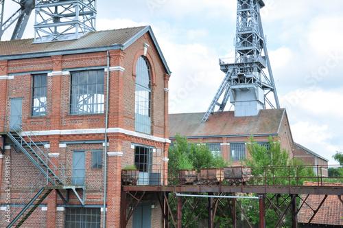 Bâtiment du site minier et berlines de charbon