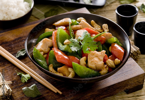Photo  Bowl of cashew chicken with vegetable stir fry.