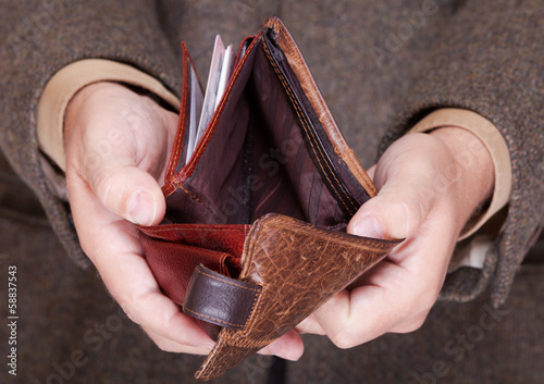 Fotografía  Businessman showing empty wallet. Finance and economy.
