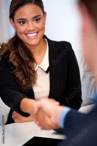 Fotografía  Businesswoman shaking hands with a client