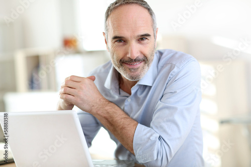 Fotografía  Senior businessman working on laptop computer