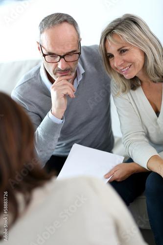 Fotomural Senior couple meeting financial adviser for investment