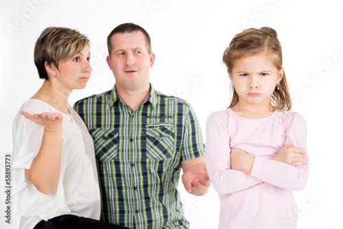 Fotografia, Obraz  Trotziges Mädchen mit ratlosen Eltern