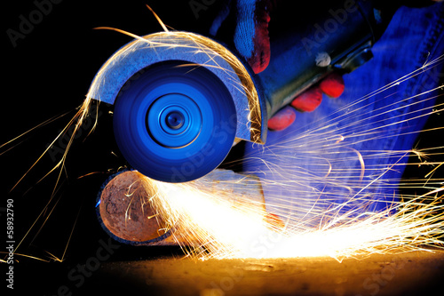 Photographie Worker cutting metal with grinder