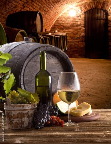 wino-butelka-i-szkla-na-drewnianym-stole