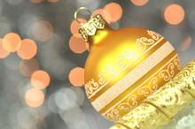 Dekoracja Bożonarodzeniowa, Kolorowa Bombka Na Tle Bokeh