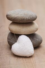 Fototapeta na wymiar galets zen et coeur blanc