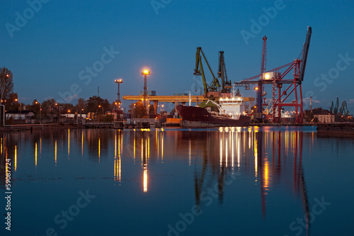 nocny-widok-na-port-w-gdansku-polska