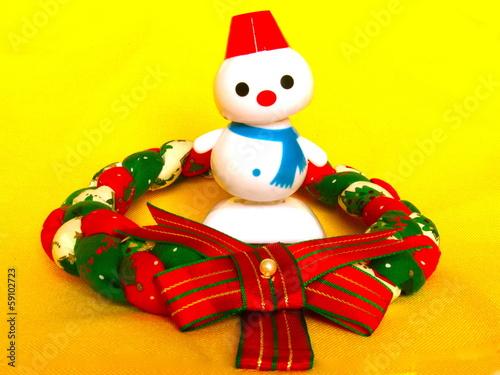 Fotografie, Obraz  首を傾げる雪だるまとクリスマスリース
