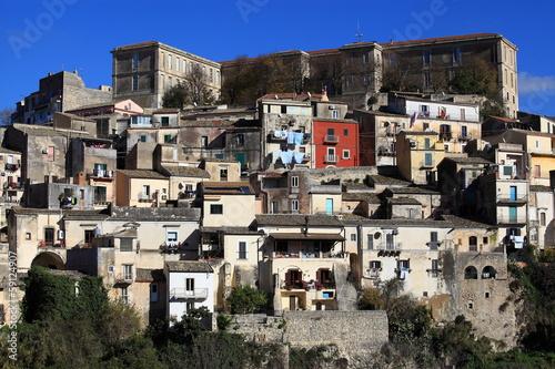 Fotografie, Obraz  Scorcio di Ragusa Ibla arroccata sulla collina.