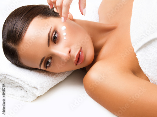 Foto  Close-up of a Young Woman Getting Spa Treatment. Cosmetic Cream