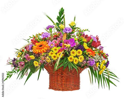 Foto op Canvas Madeliefjes Flower bouquet arrangement centerpiece in wicker basket isolated