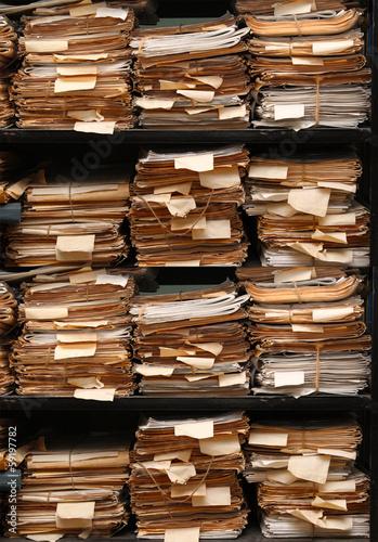 dokumenty-papierowe-na-polkach