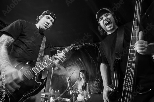 Staande foto Muziekband Heavy metal band playing loud music