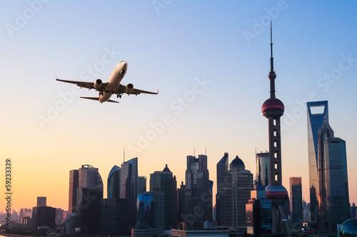 nowoczesne-panorame-miasta-z-samolotem