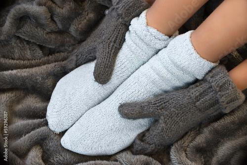 Fotografie, Obraz  Pieds en chaussettes dans une couverture