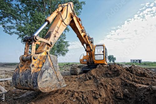 Fotografía  excavator digs a hole