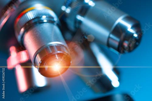 Fotografia  microscope lens with a beam of green light