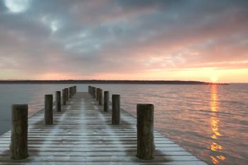Naklejka einsamer Holzsteg zum Sonnenaufgang