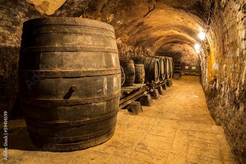 Fotografie, Obraz  Alte Holzfässer im Weinkeller
