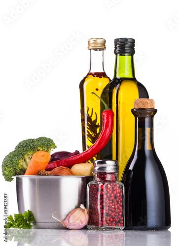 Fototapeta vegetables oil and stainless pot isolated on white obraz na płótnie