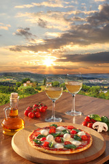 Panel Szklany Do pizzerii Italian pizza and glasses of white wine in Chianti, Italy