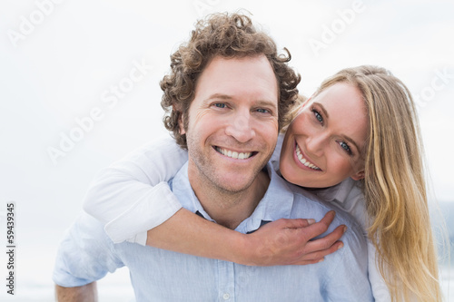 Photographie  Man piggybacking woman at beach