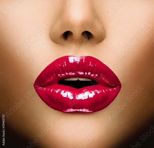 Lèvres sexy. Beau maquillage closeup. Baiser Poster