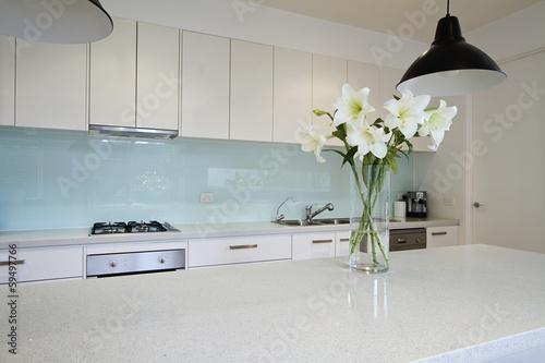 Fototapeta Kwiaty na współczesnej ławce w kuchni