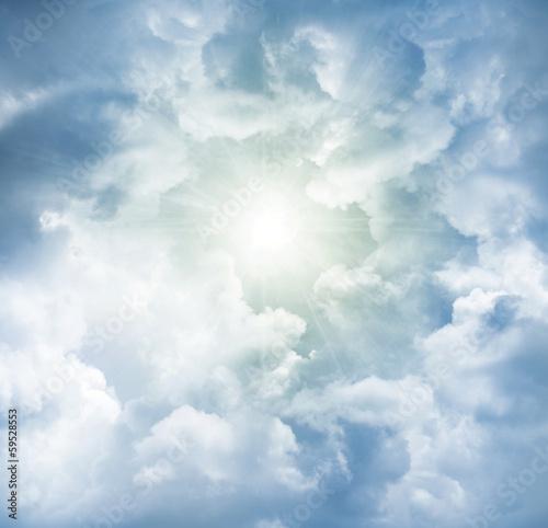 niebo-z-promieniami-slonecznymi