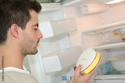 Fotomural Man looking at expiry date of fresh product