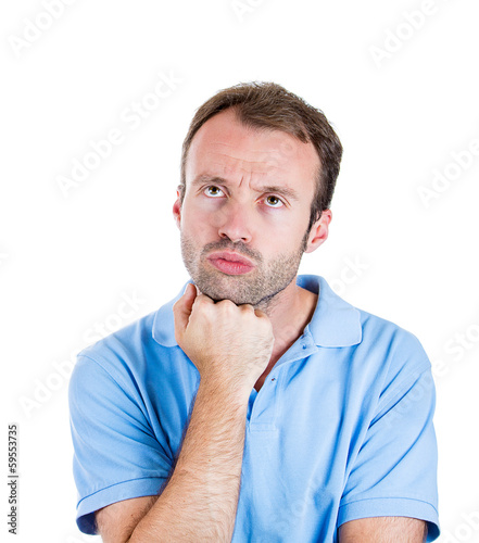Photo Serious young man daydreaming thinking deeply about past future