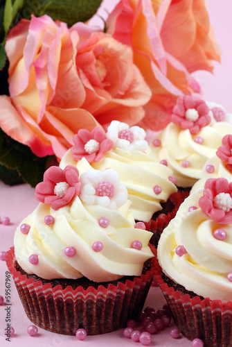 Fiori Rosa E Bianchi.Cupcake Con Fiori Rosa E Bianchi Buy This Stock Photo And