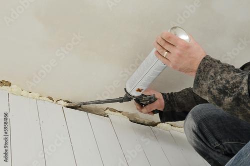 Valokuva  homme posant mousse isolation avec pistolet