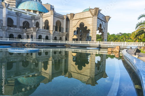Photo  The wilayah mosque with reflection and blue skies background