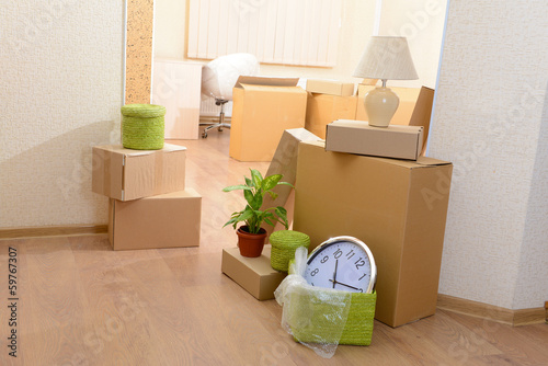 Fotografiet  Empty room with stack of cartons: moving house concept