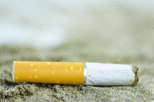 Fotografie, Obraz  Mégot de cigarette sur la plage
