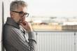 canvas print picture - älterer Mann mit brille schat nachdenklich