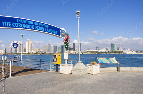 Cuadros en Lienzo Docks of Coronado islan and panoramic view of San Diego