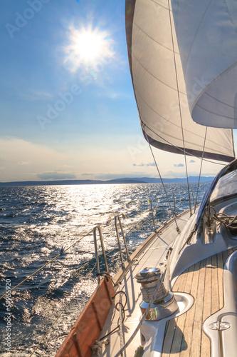 jachtu-zeglowanie-w-kierunku-zmierzchu-na-blekitnym-morzu