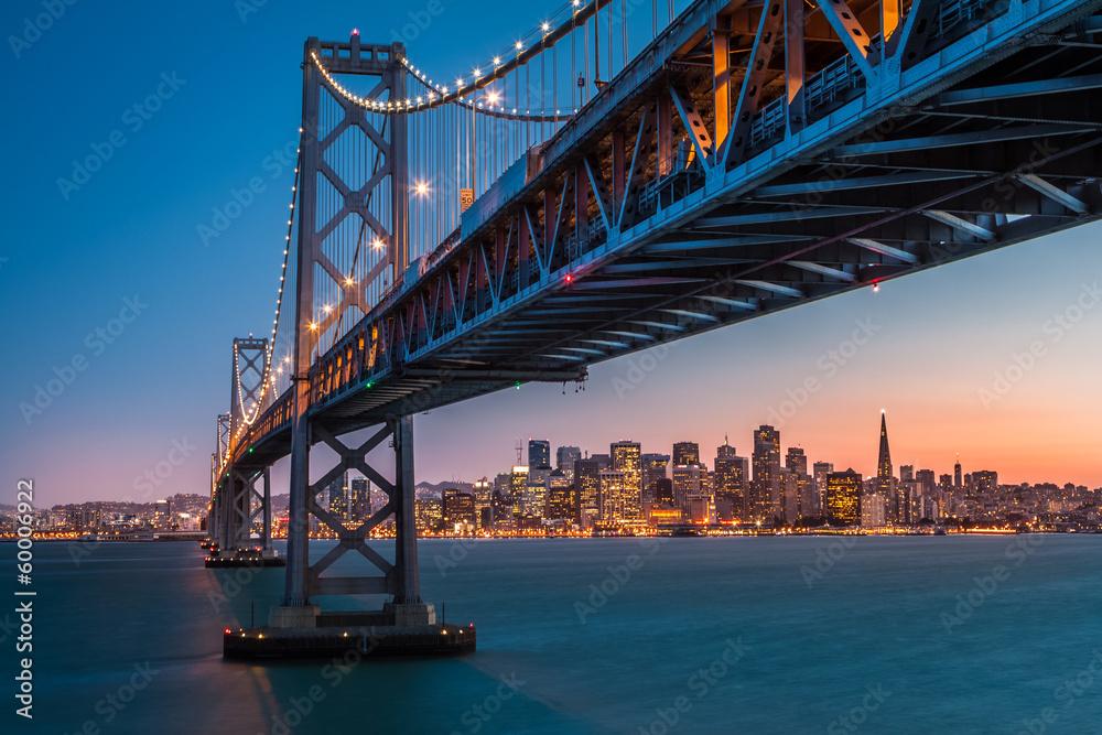San Francisco Skyline umrahmt von der Bay Bridge bei Sonnenuntergang ...